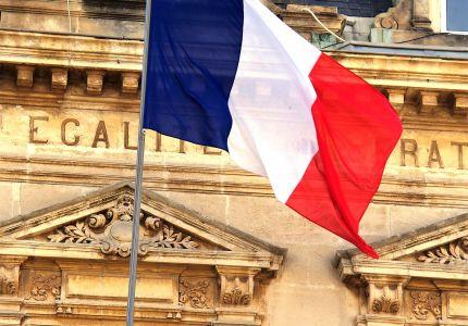 Drapeaux français sur une mairie